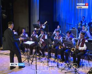 Русско-тувинский джаз. В филармонии выступил джазмен с мировым именем Владимир Толкачев